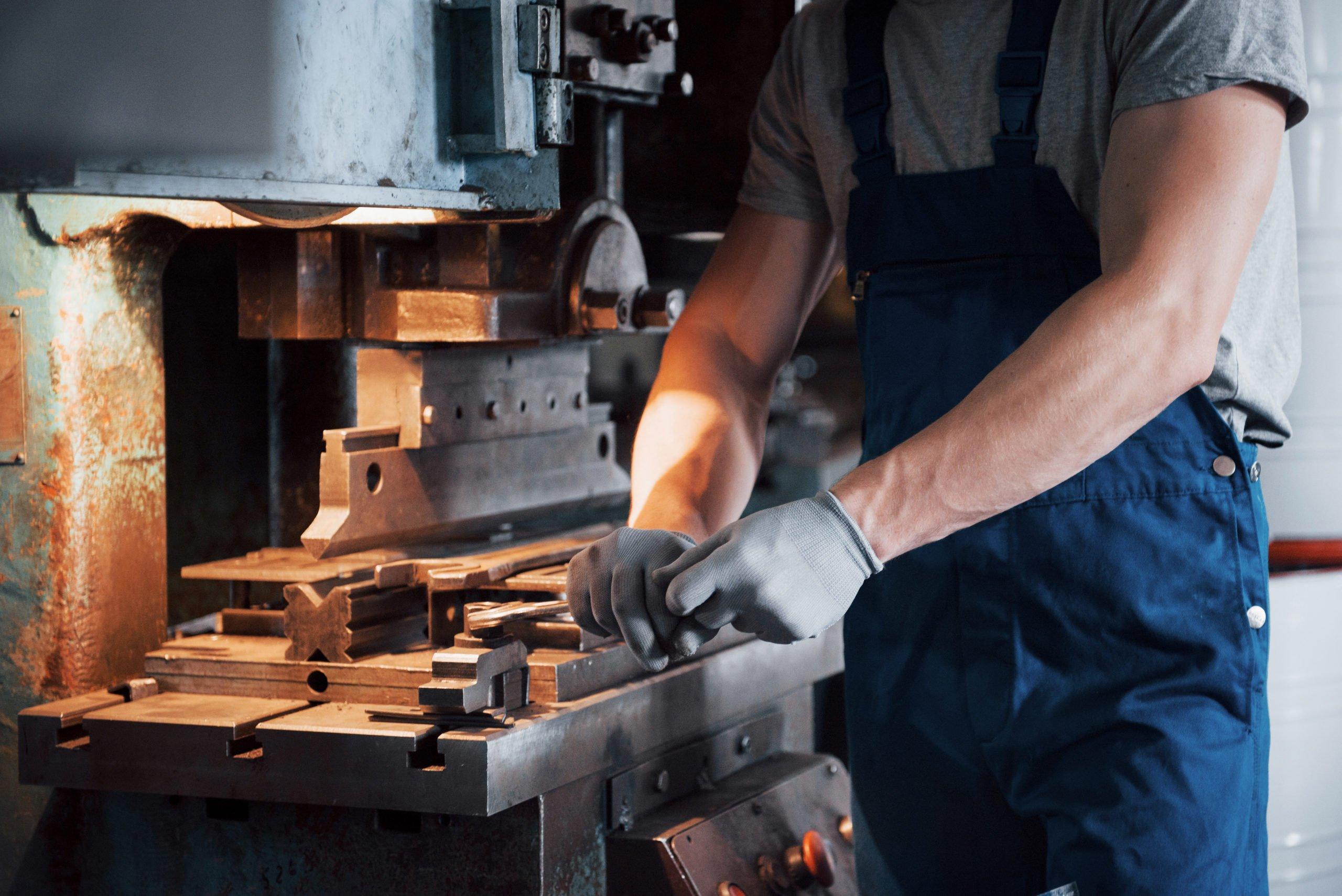 trabajador utilizando una maquina en su trabajo