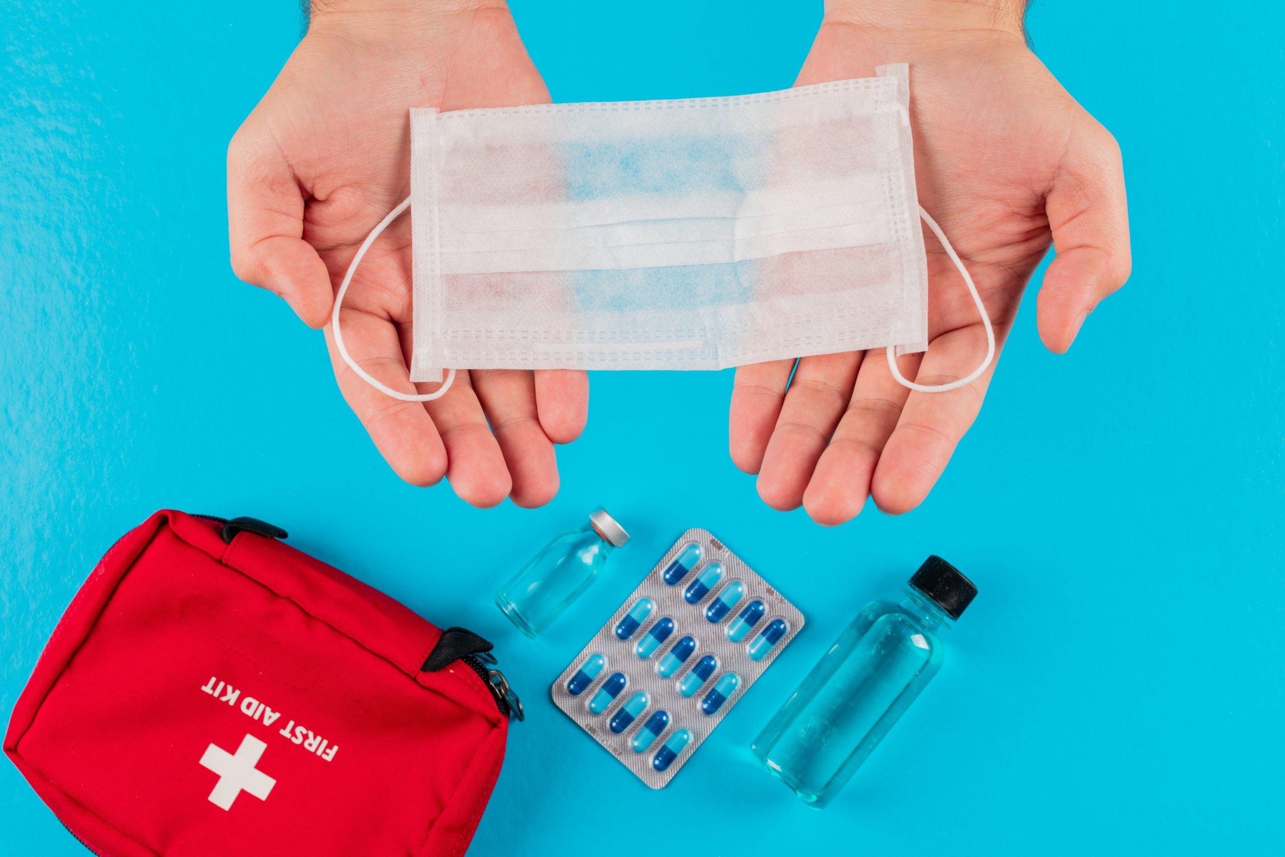 medico mostrando productos sanitarios